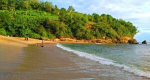Pengunjung Menikmati Suasana Pantai Pangi. Foto: Google Maps / Wibisone