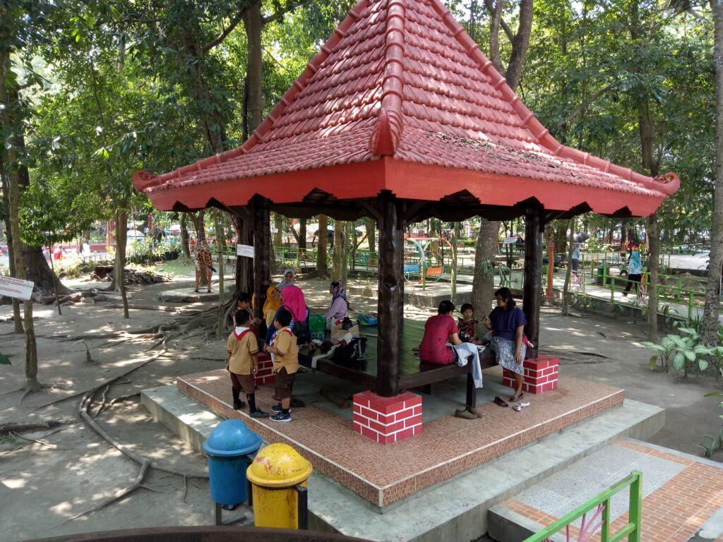Pengunjung Berteduh dan Bersantai di Gazebo di Taman Kebon Rojo Blitar. Foto: Google Maps / Nano Official