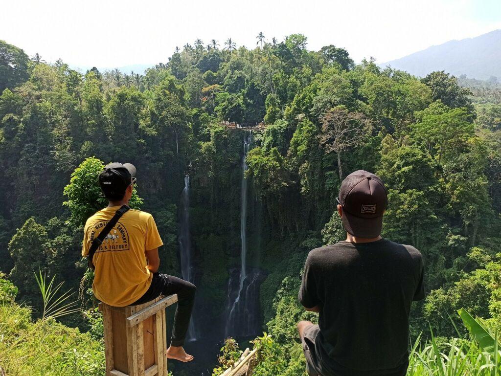 Pemandangan air terjun sekumpul dari kejauhan
