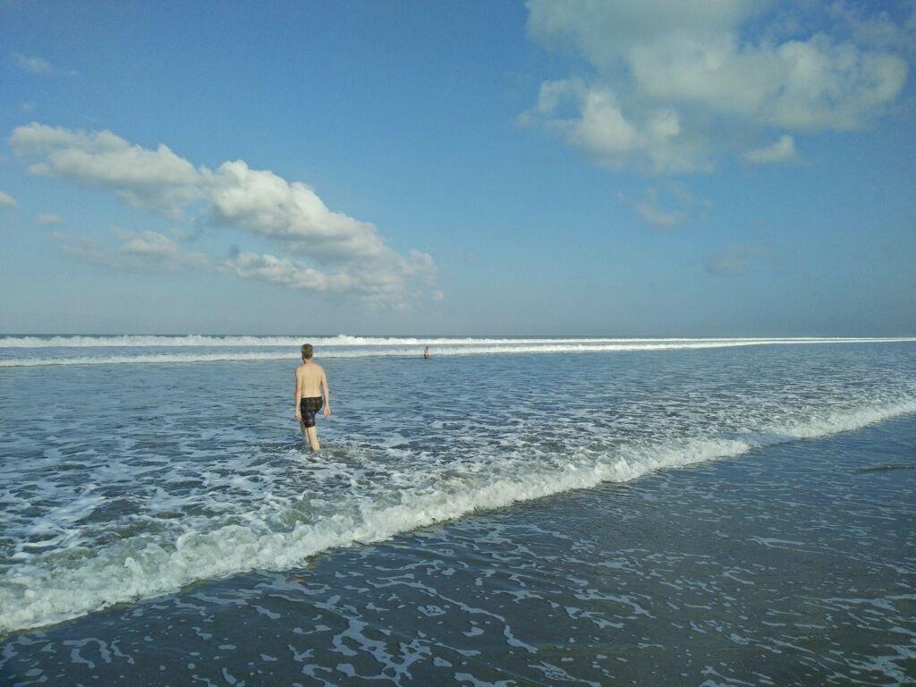 ombak pantai yang relatif tenang
