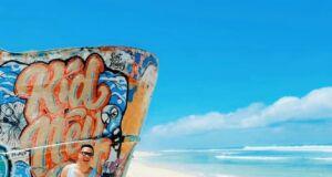 Puing perahu yang dilukis aneka warna memberkan keunikan tersendiri bagi Pantai Nyang Nyang Badung Bali