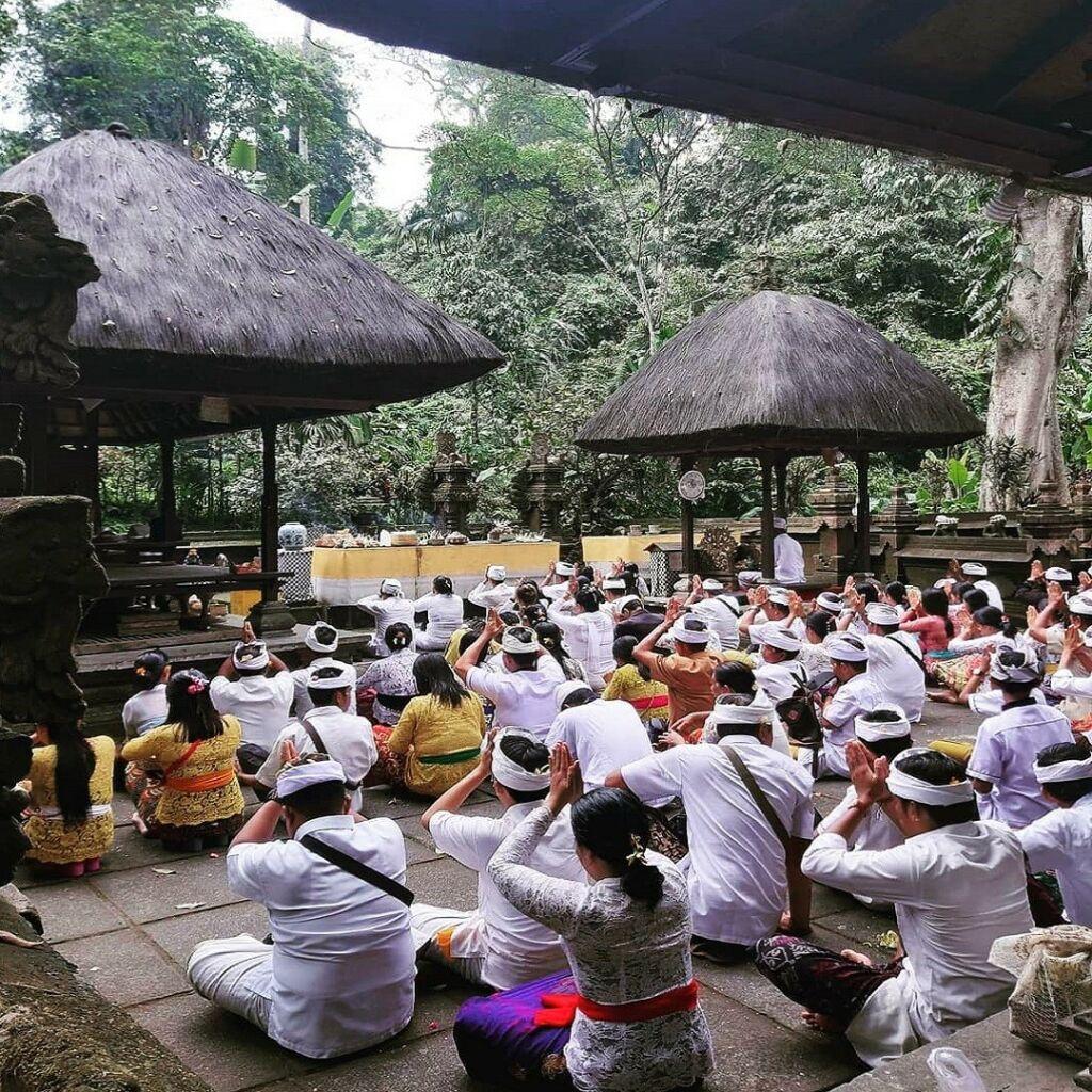 pemeluk agama hindu sedang bersembahyang di pura