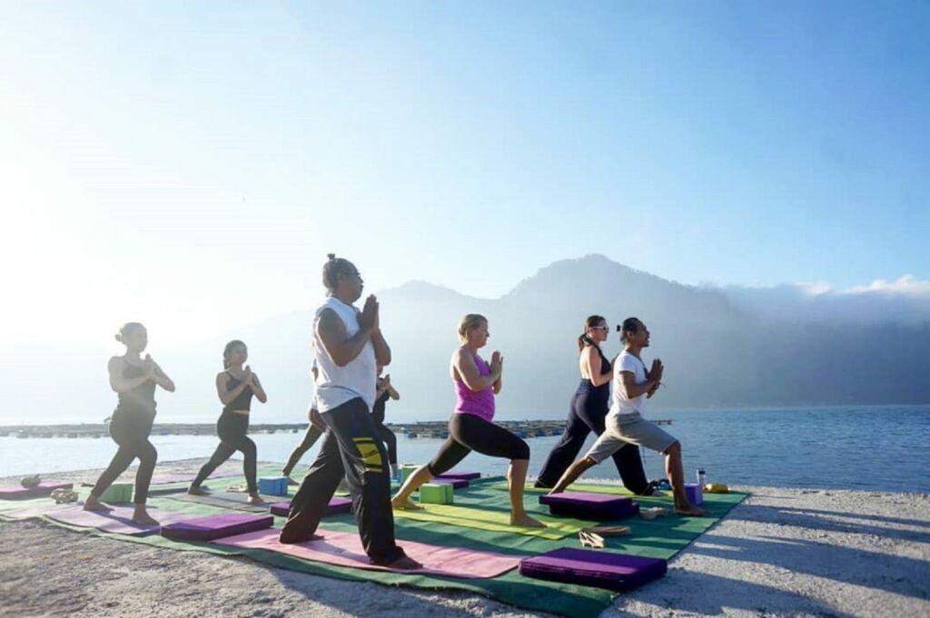 Relaksasi di Toya Devasya Bangli Bali dengan terapi dan yoga di tepi danau -toyadevasya