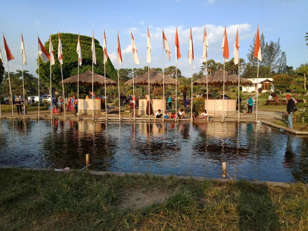 menikmati berbagai sajian wisata kuliner dengan pemandangan kolam ikan