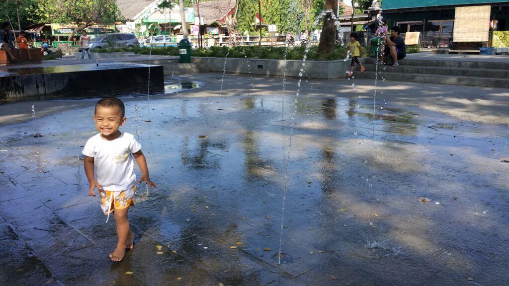 anak-anak bermain air pancur