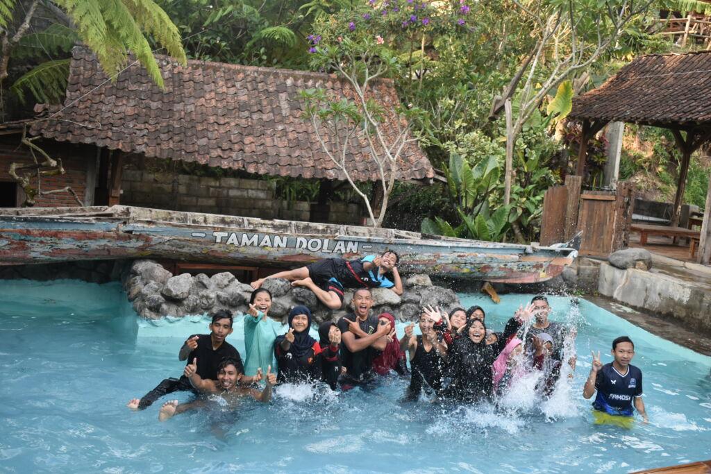 wisatawan sedang bermain di kolam renang