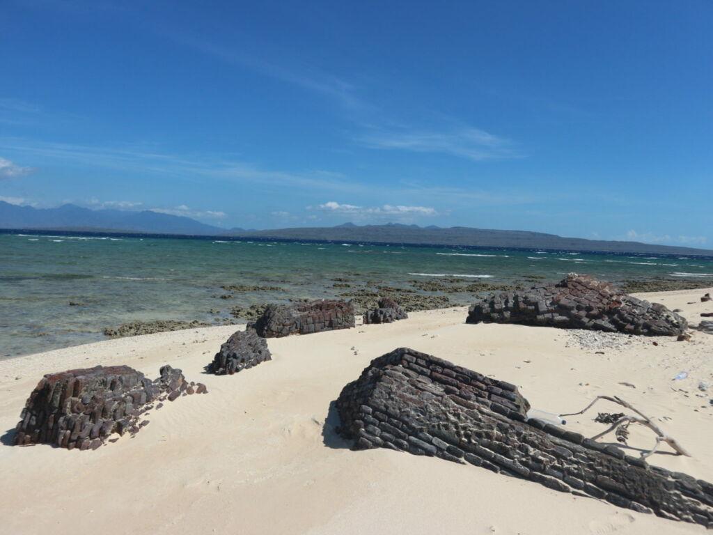 sisa reruntuhan yang ada di pantai sekitar pulau. Foto: Google Maps / ariefpokto (Google Maps)