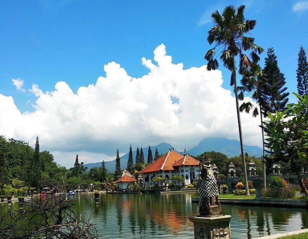Suasana asri Taman Ujung Karangasem Bali berlatar panorama pegunungan - Nirwana Akbar