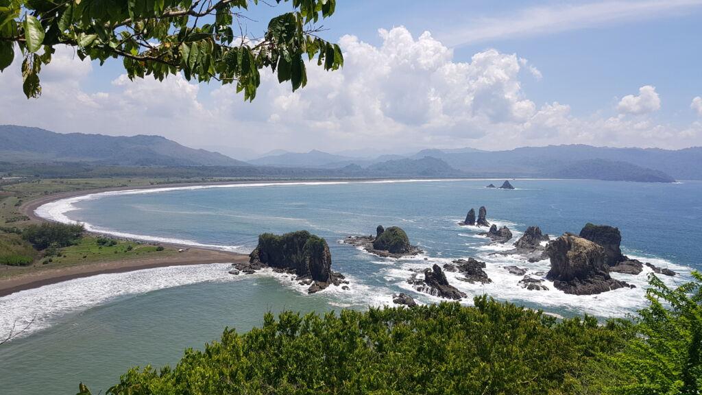 Pemandangan Teluk Love Jember, dari Atas Bukit. Foto: Google Maps / Indra Susandi