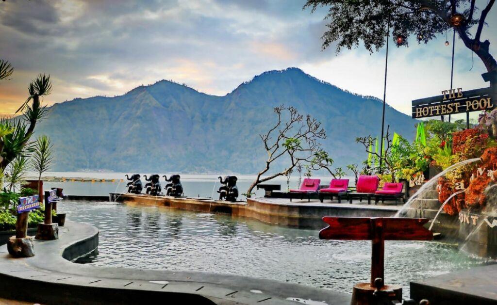 area kolam renang infinity menghadap danau dan gunung batur