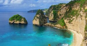 bentang alam diamond beach dengan pulau-pulau karang