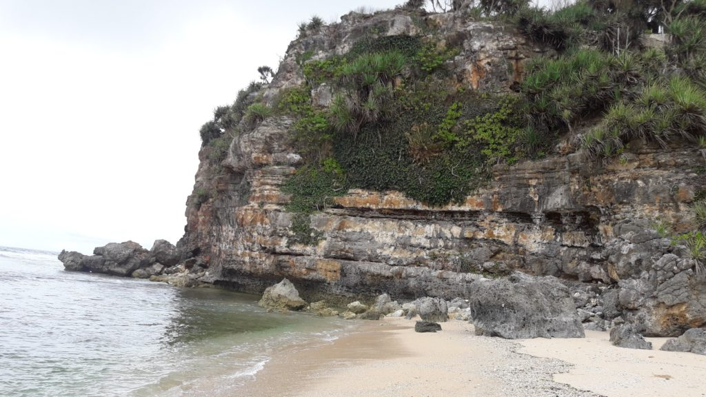 Dinding akrang di bukit barat