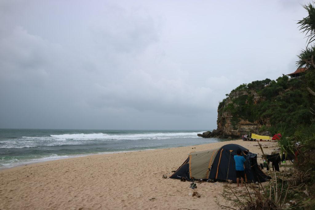 Tenda di pinggir pantai