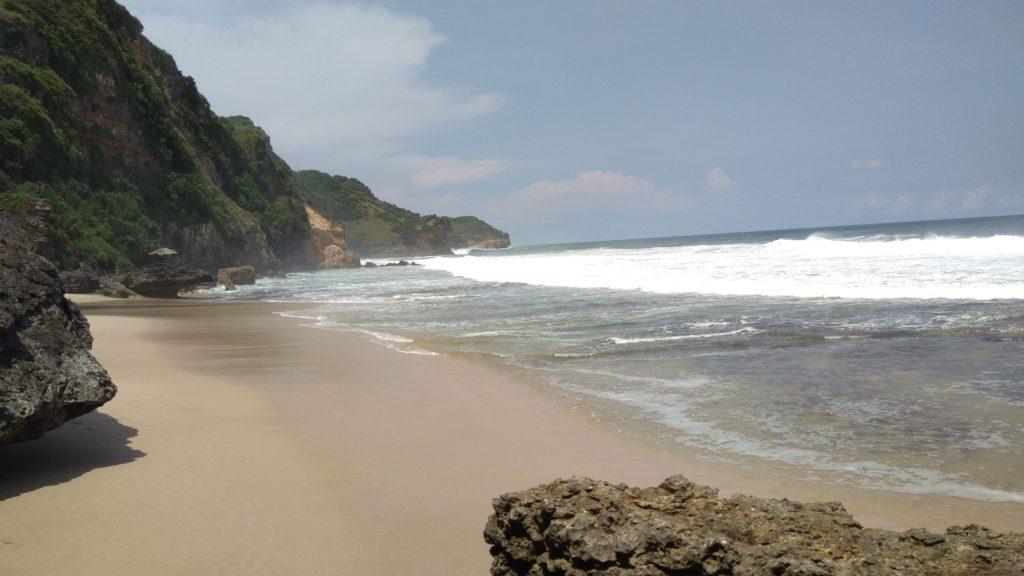 area tepi pantai seruni yang bersih dan sepi