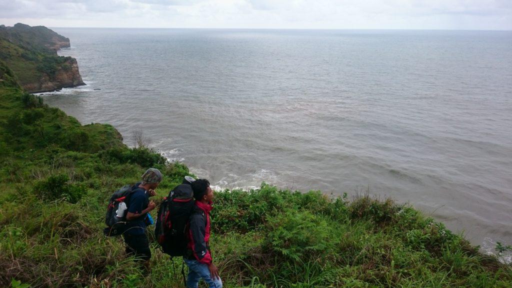 Melihat pemandangan dari bukit pantai seruni