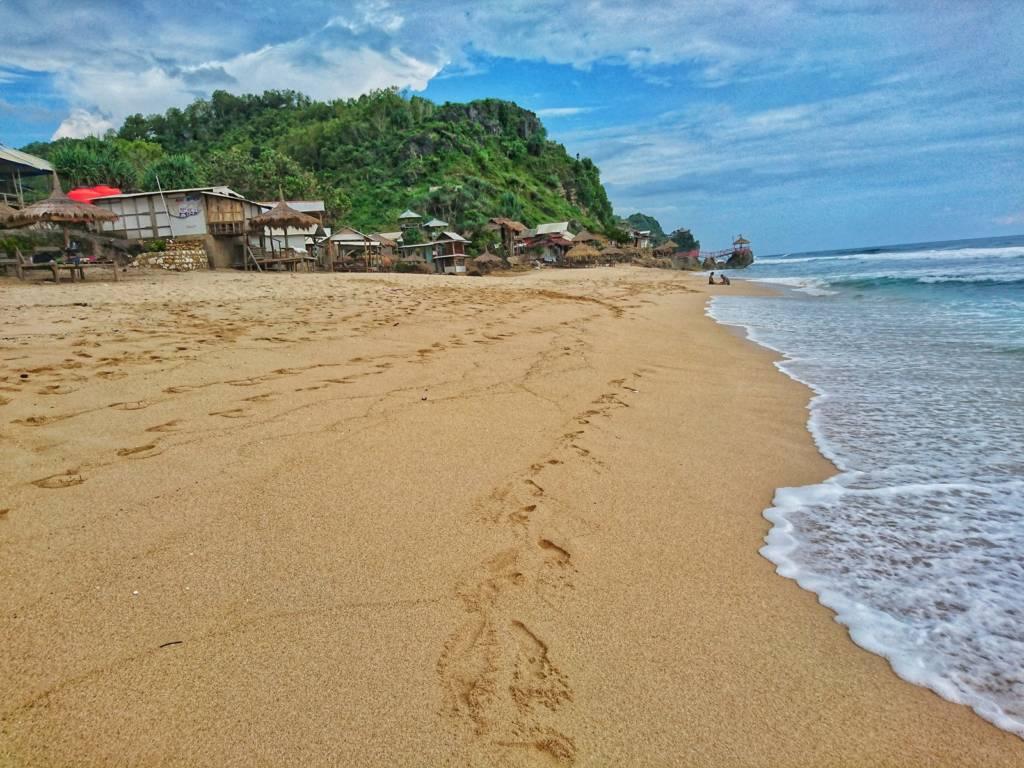 Garis pantainya lebar