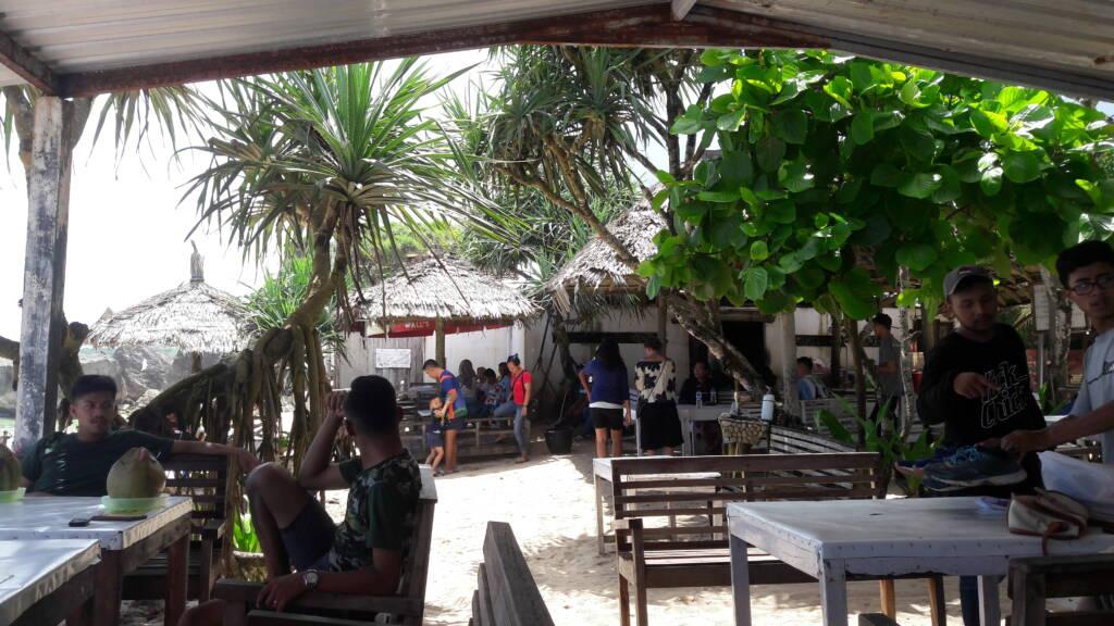 Suasana kafe dan resto Indrayanti