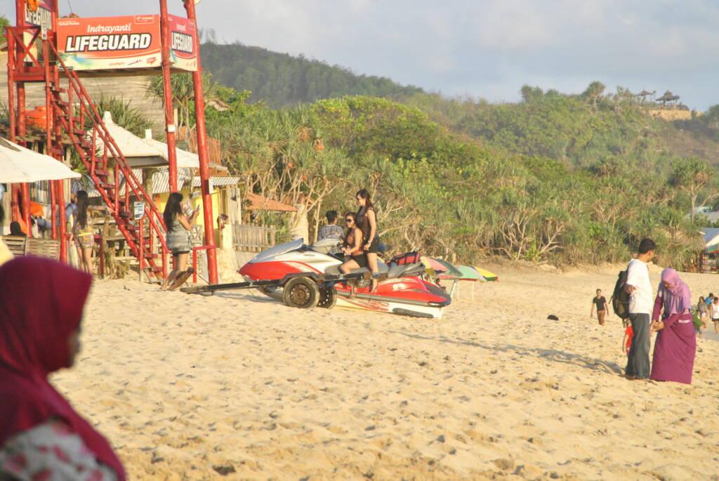 bermain jetski di pantai pulang sawal