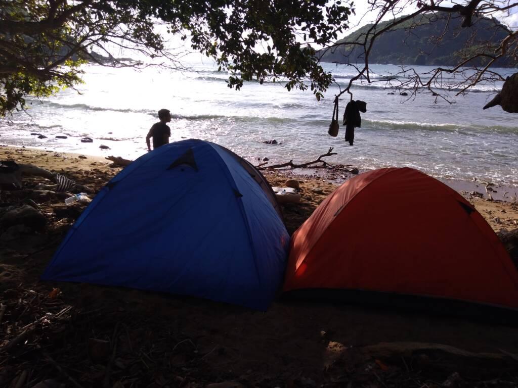 Mendirikan tenda di dekat bibir pantai dan berkemah di pantai wedi ombo