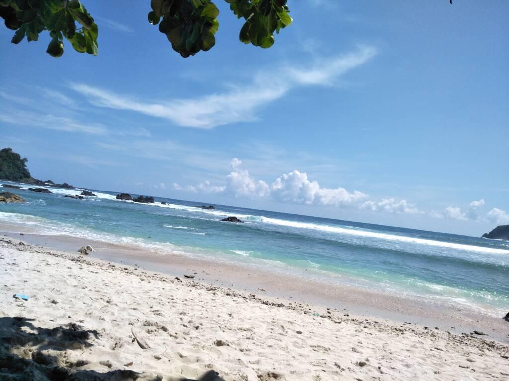 Panorama laut di hari cerah