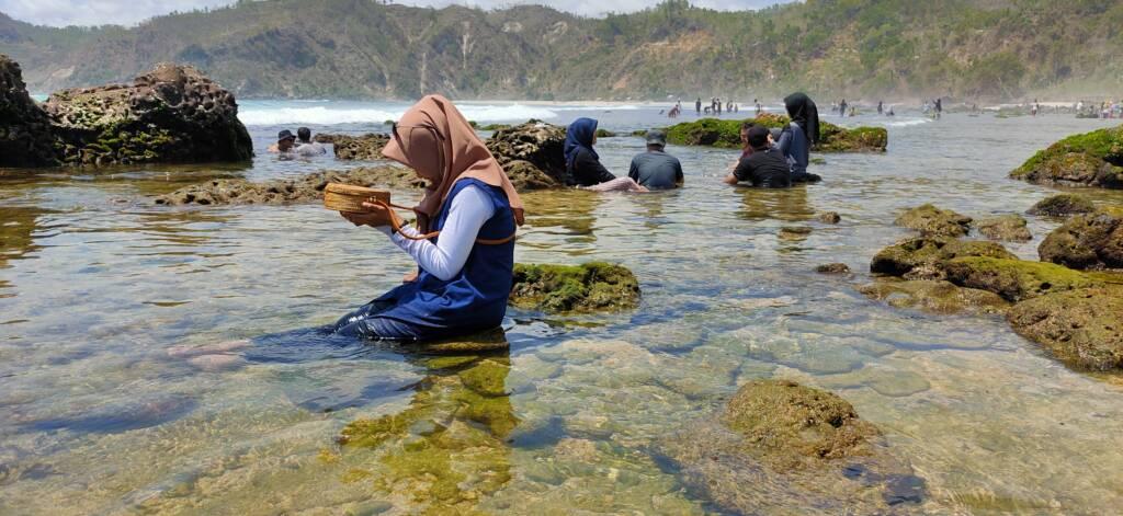 Pengunjung berendam di laguna