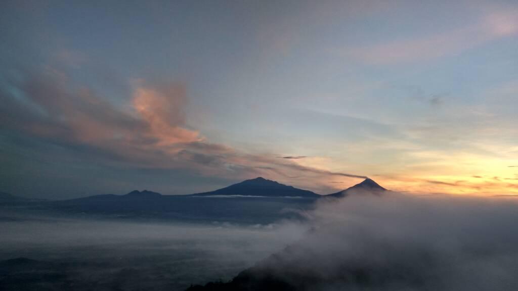 Panorama Merbabu dan Merapi dari Suroloyo