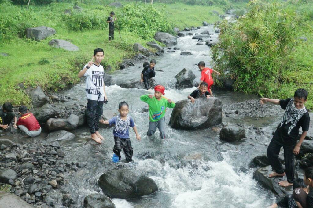 Bermain air di sungai