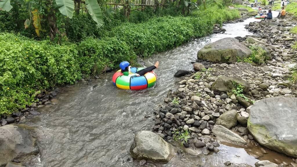 Menyusuri sungai dengan tubing