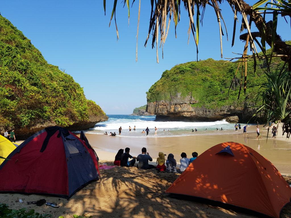 Sejumlah tenda di pinggir pantai greweng