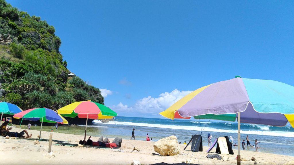 Berjemur di Pantai Nguyahan