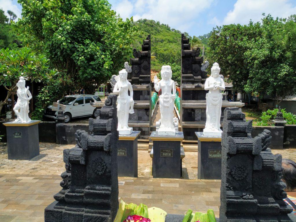 Patung dan arca di gerbang Pantai Ngobaran