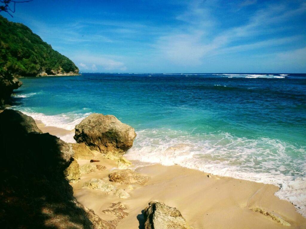Air Laut Bergradasi di Pantai Green Bowl