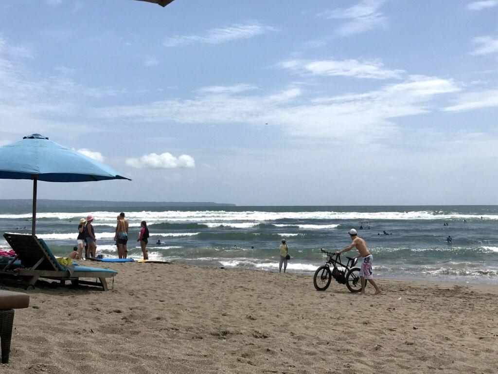 Aktivitas Pengunjung di Pantai Canggu