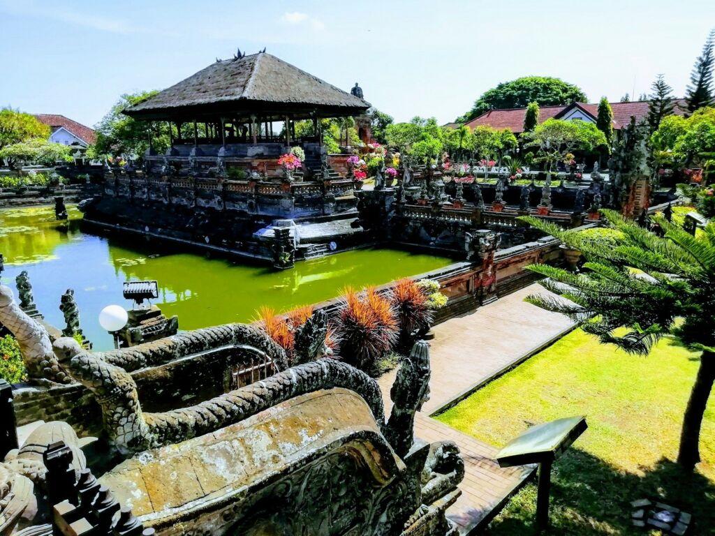 Bangunan Bale Kambang Klungkung Bali dikelilingi oleh kolam Taman Gili