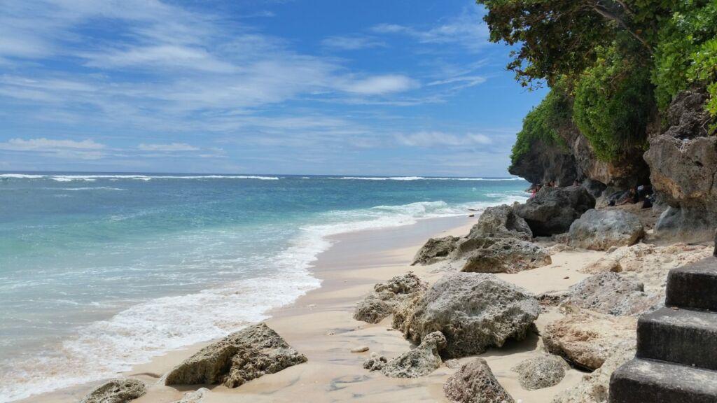 Batu Karang di Tepi Pantai