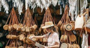 Belanja aneka ragam pilihan produk seni dan kerajinan khas Pasar Seni Ubud Gianyar Bali - shi_osborne