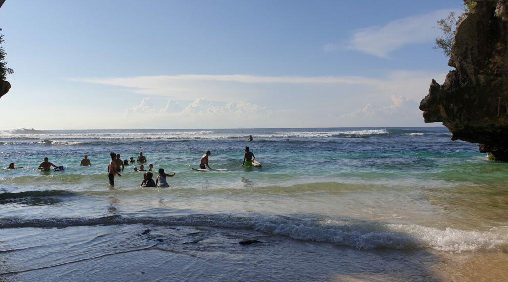 Berenang di tepi pantai bali