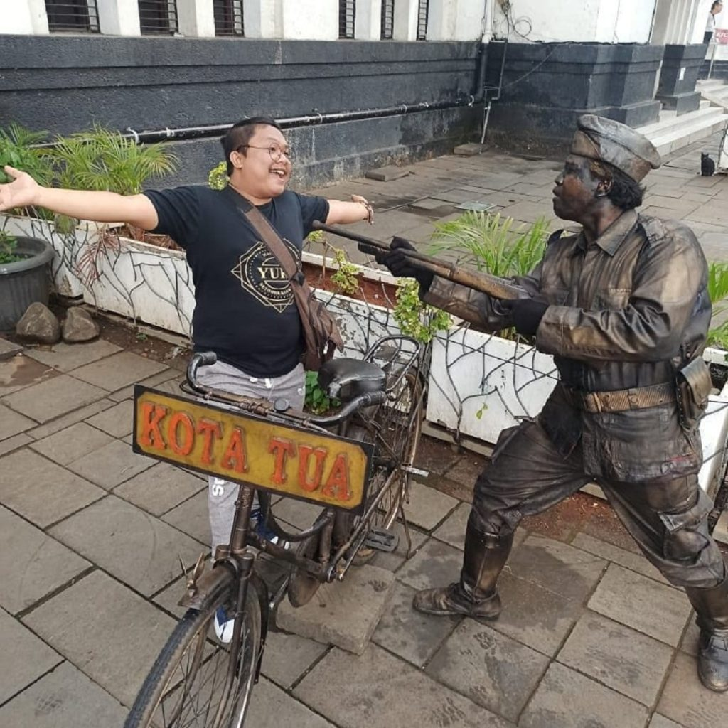Berfoto bersama Manusia Patung yang berkostum Pejuang Kemerdekaan