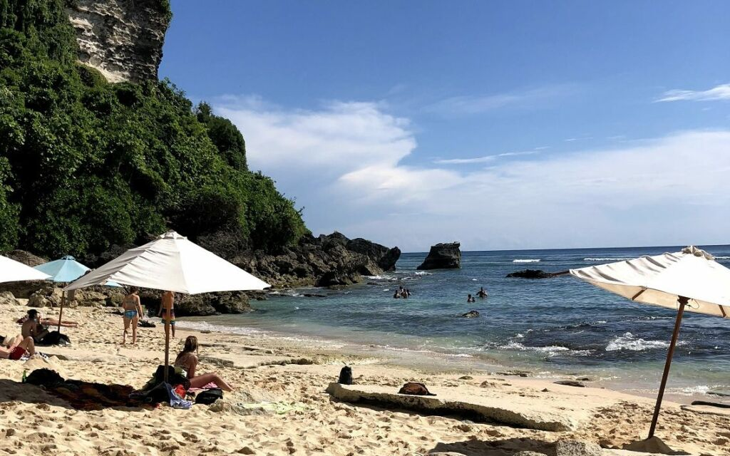 Berjemur bermandikan cerahnya sinar matahari Pantai Uluwatu Badung Bali yang bernuansa tenang dan memberikan privasi