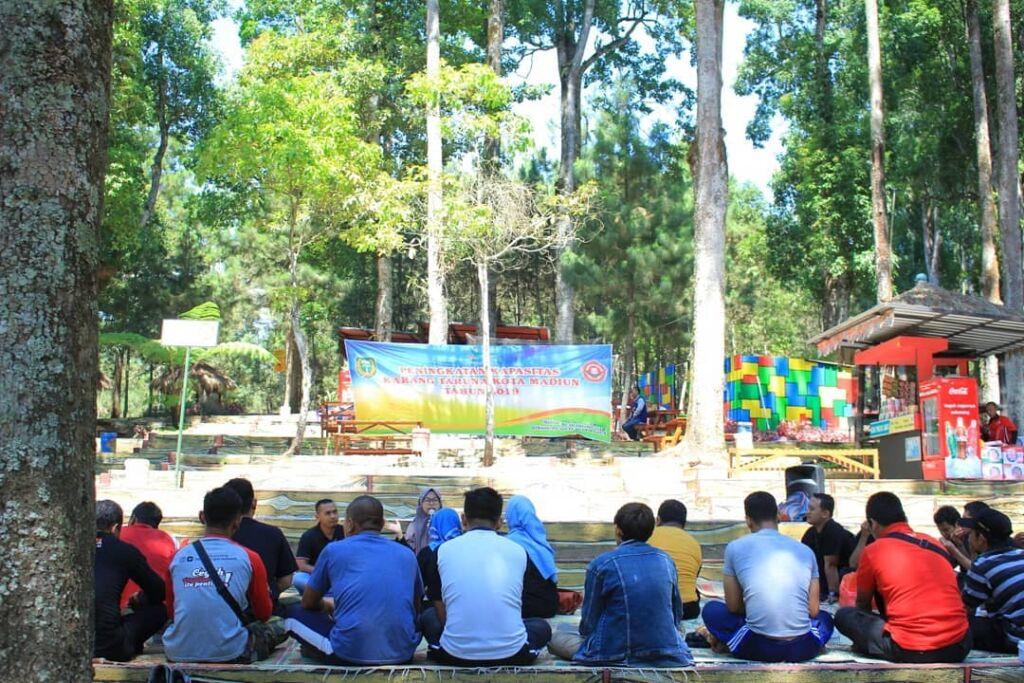 area gathering di sekitar taman