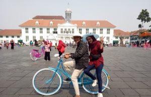 Bermain sepeda di lapangan Taman Fatahillah kawasan Wisata Kota Tua Jakarta Barat DKI Jakarta - Jeffry UHuK
