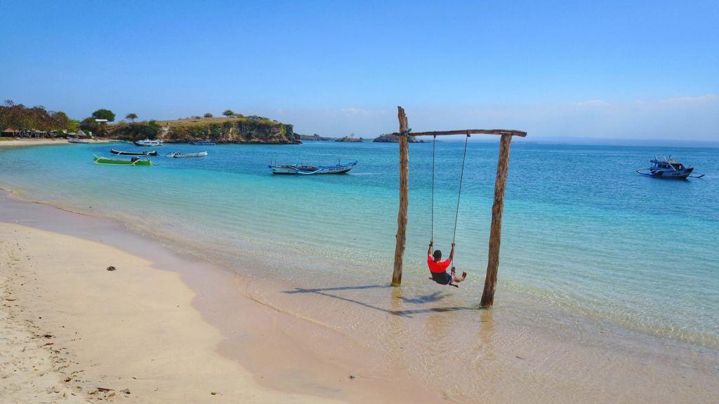 bermain ayunan di tepi pantai