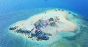 Pulau Gili Kendis dikelilingi laut hijau toska kebiruan