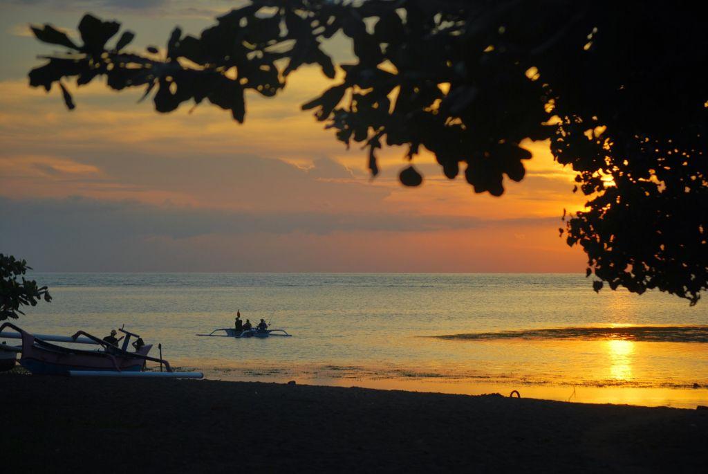 Indahnya Matahari Terbit di Pantai Lovina