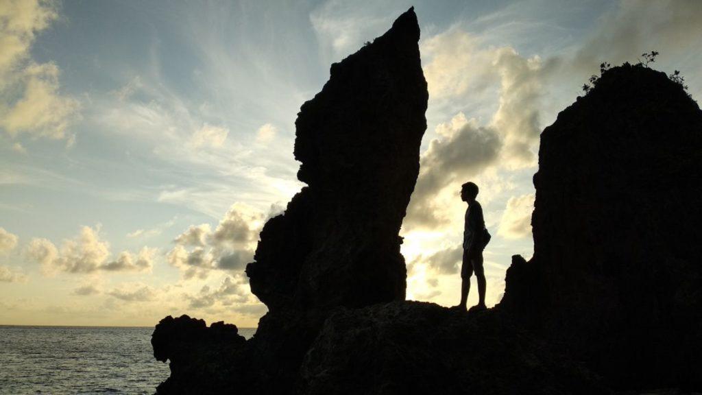 Indahnya Pemandangan Sore di Batu Layar