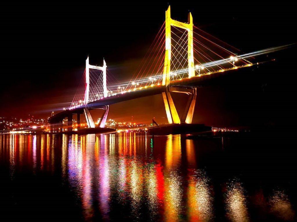Suasana malam yang cantik di sekitar jembatan