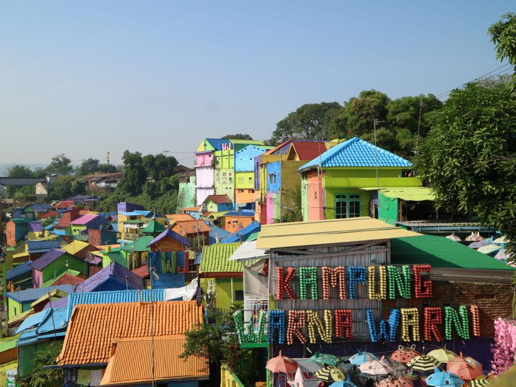 rumah-rumah warga yang dicat warna-warni