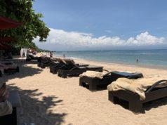 Kursi Berjemur di Tepi Pantai nusa dua