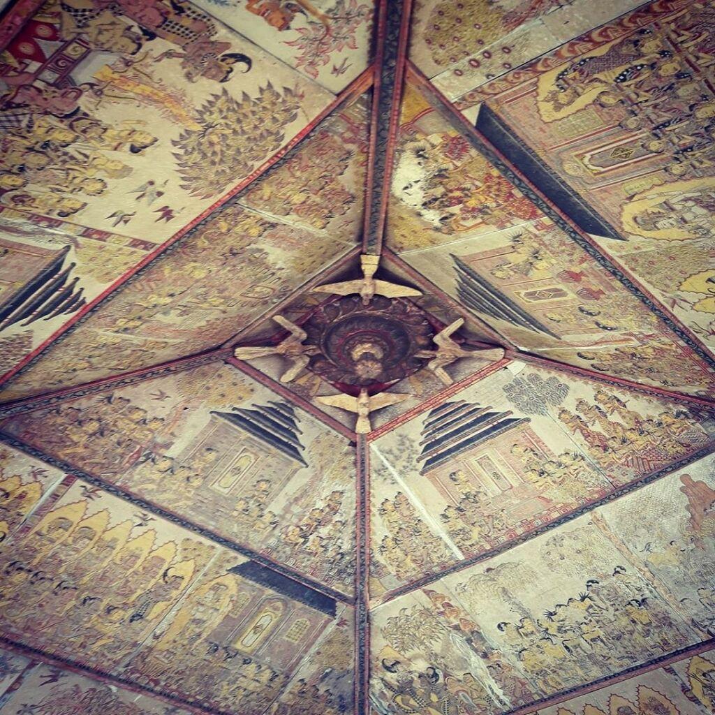 Lukisan khas wayang Kamasan pada langit-langit bangunan