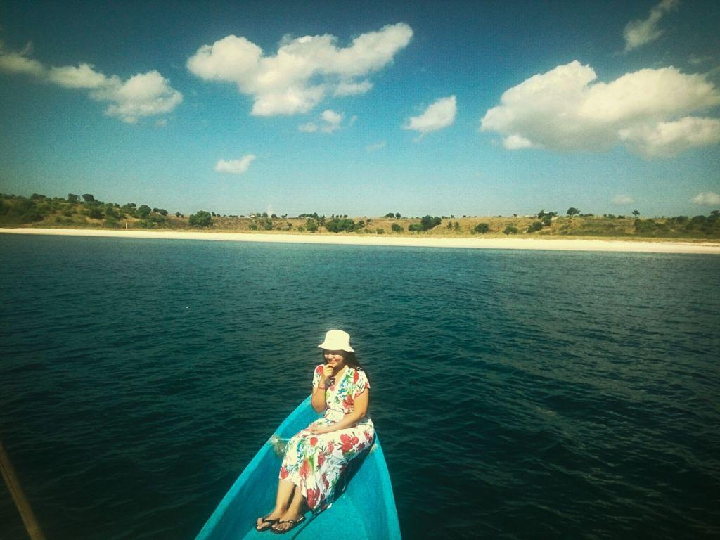 Menempuh jalur laut menuju Pantai Pink Lombok NTB sambil menikmati pemandangan perairan dengan pulau-pulau dan perbukitan di yang terlihat di seberang